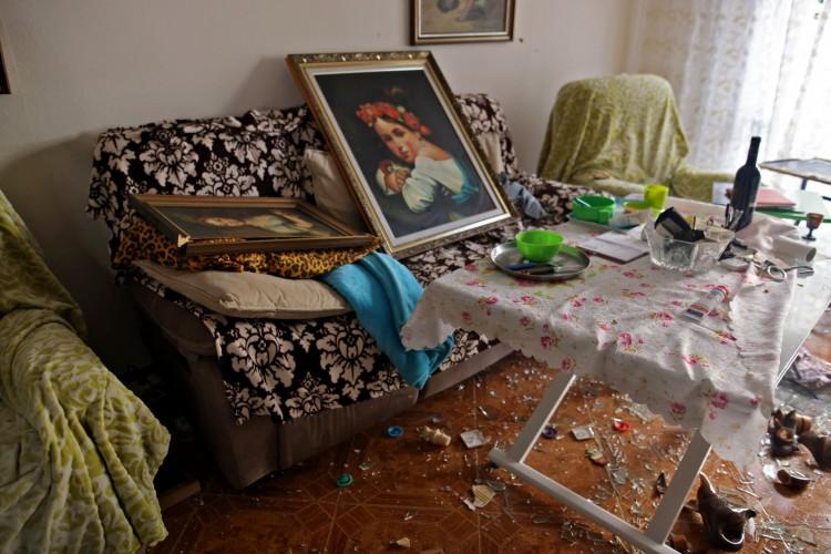 Apartamento danificado em um bairro residencial na cidade de Ashdod, no sul de Israel, perto da fronteira com a Faixa de Gaza (Foto: Ahmad GHARABLI / AFP)