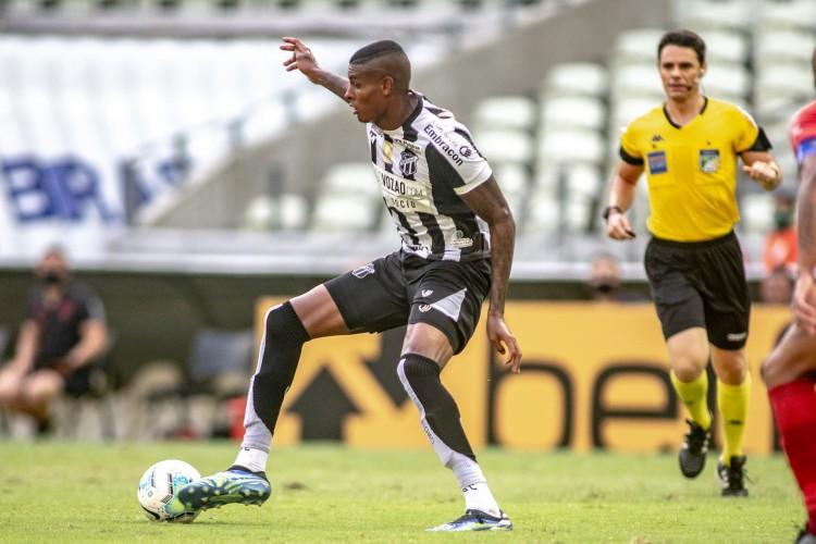 Atacante Cléber com a bola em jogo do Ceará (Foto: STEPHAN EILERT/Ceará SC)