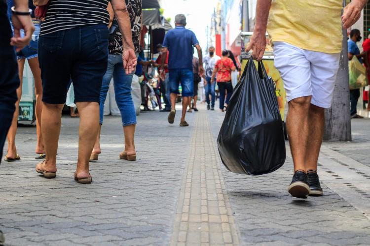 Comerciantes esperam garantir vendas já na expectativa do Dia dos Namorados, considerada a 3ª melhor data para o setor em Fortaleza (Foto: BARBARA MOIRA)
