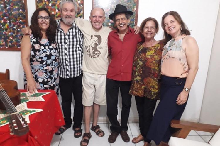 Sérgio Pinheiro (blusa xadrez) entre amigos, incluindo os compositores Jorge Mello (de bermuda) e Rodger Rogério (camisa vermelha) (Foto: Acervo Pessoal)