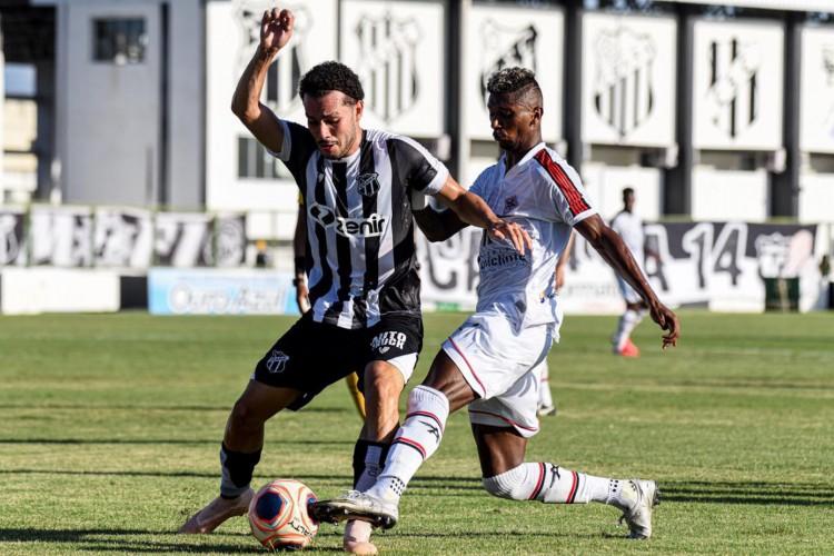 Volante Pedro Naressi disputa bola com atacante Wandson no jogo Ceará x Atlético-CE, no estádio Carlos de Alencar Pinto, pelo Campeonato Cearense (Foto: Kely Pereira / FC Atlético Cearense)