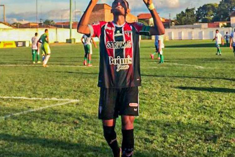Sousa Tibiri comemora gol marcado na vitória por 2 a 1 sobre o Pacajus, pelo Campeonato Cearense (Foto: Francisco Victor / Ferroviário AC)
