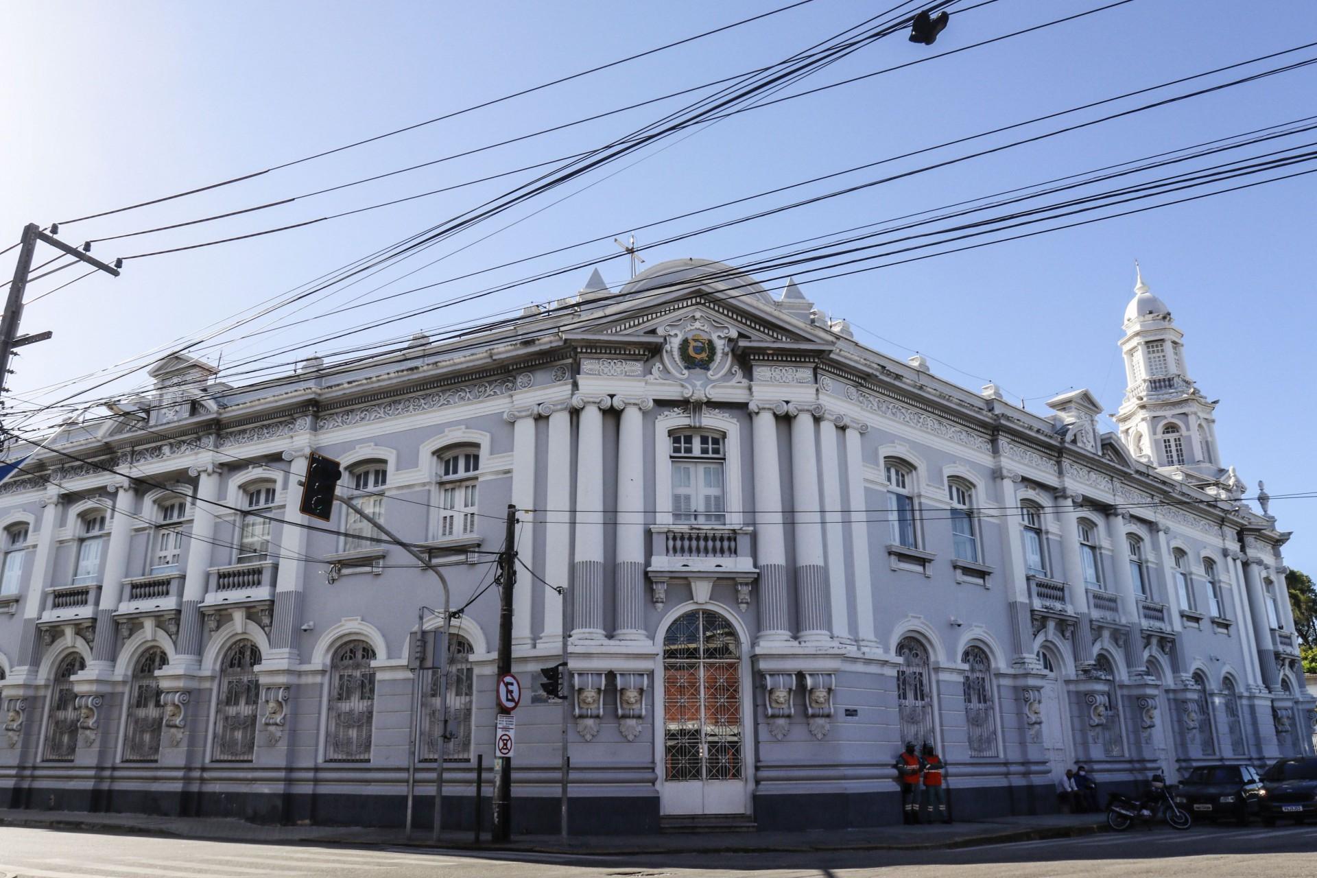 Fachada da sede principal da Sefaz na avenida Alberto Nepomuceno, em Fortaleza, onde será implantado um novo Centro de Memória ainda este ano para democratizar o acesso ao acervo histórico da instituição