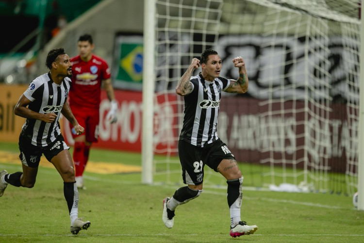 Vina, observado por Gabriel Dias, comemora gol marcado pelo Ceará diante do Bolívar, no Castelão (Foto: Aurelio Alves)