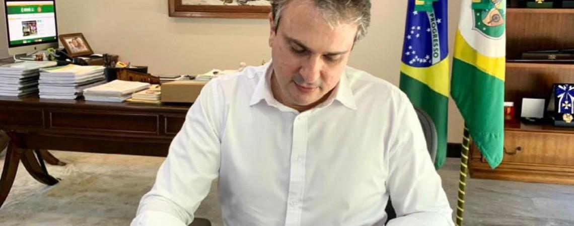Governador Camilo Santana assina autorização para publicação do edital de seleção para Polícia Civil (Foto: Reprodução Twitter)