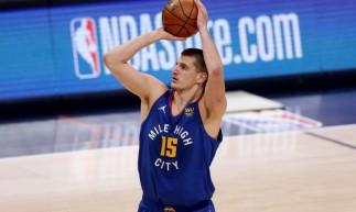 O pivô sérvio Nikola Jokic, do Denver Nuggets, concorre com Joel Embiid, do Philadelphia 76ers, e com Stephen Curry, do Golden State Warriors, pelo prêmio de MVP da temporada 2020-2021 da NBA