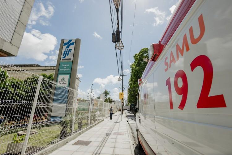 Ambulância estacionada em frente ao Instituto José Frota. (Foto: Júlio Caesar / O Povo)