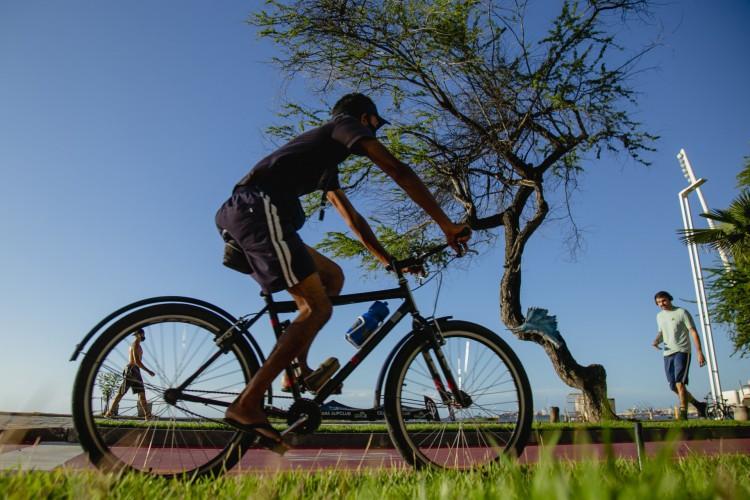 Movimentação no Calçadão da Beira Mar. Pessoa pedalando de bicicleta. (Foto: Aurelio Alves)