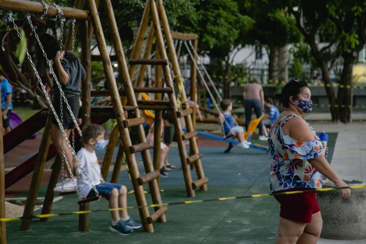 Em 21 de maio, movimentação na Praça Luiza Távora, onde crianças pedalam e brincam no parquinho. (Foto: Aurelio Alves/O POVO )