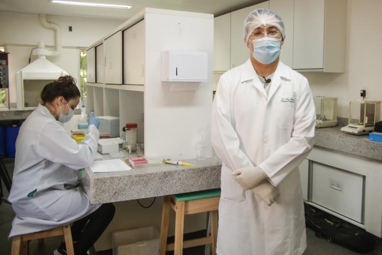 FORTALEZA, CE, BRASIL, 21.05.2021: C&S - UECE produz um possivel imunizante da COVID-19. Laboratorio de Biotecnologia e Biologia Molecular. Bloco D. Pesquisador Ney Carvalho, um dos envolvidos no estudo. (Thais Mesquita/OPOVO) (Foto: Thais Mesquita)