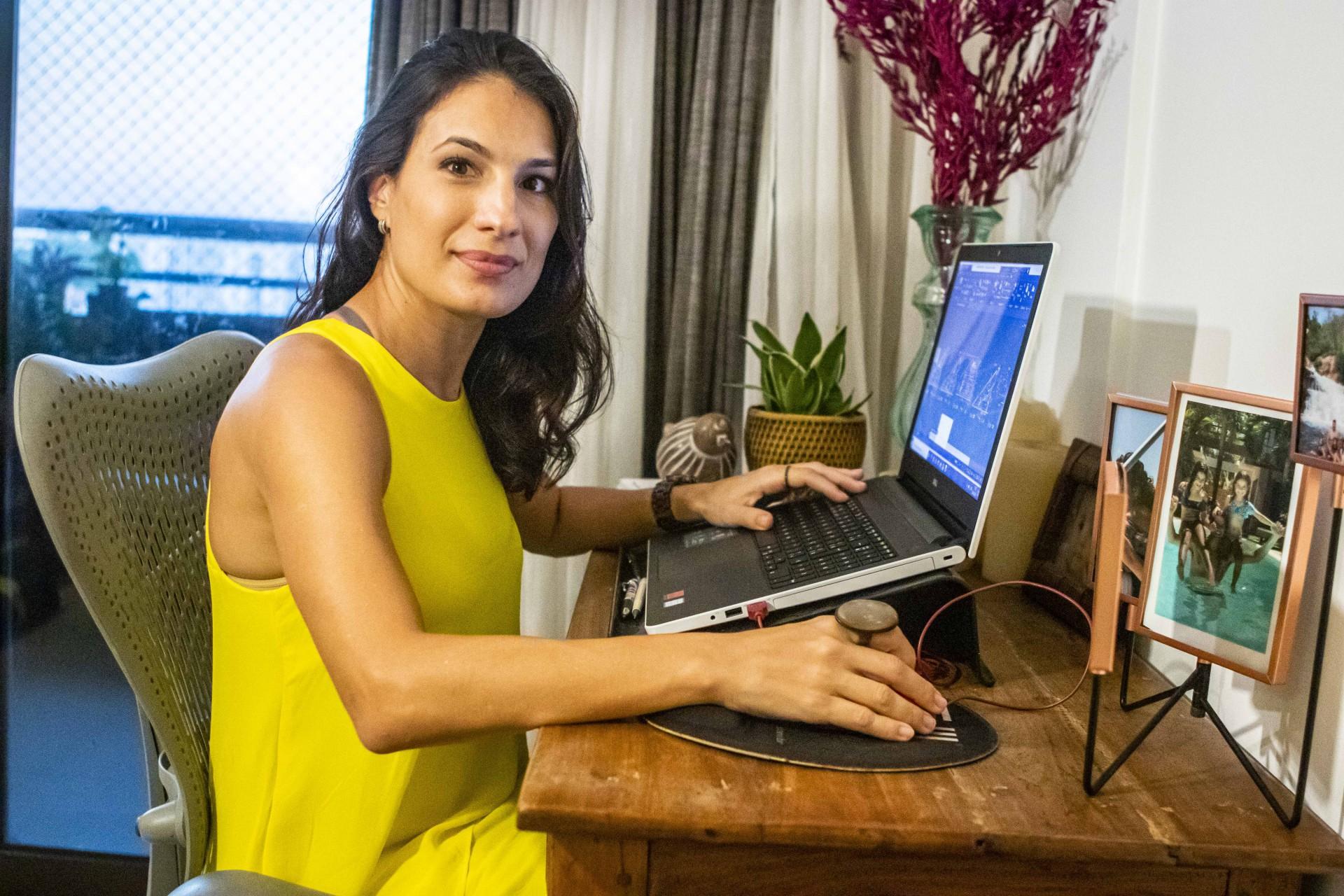 Kaila Lima, arquiteta, de 39 anos, mãe de duas meninas. Além de ver a demanda por seus serviços caírem drasticamente em função da pandemia, também teve de criar toda uma nova dinâmica de trabalho(Foto: FCO FONTENELE)