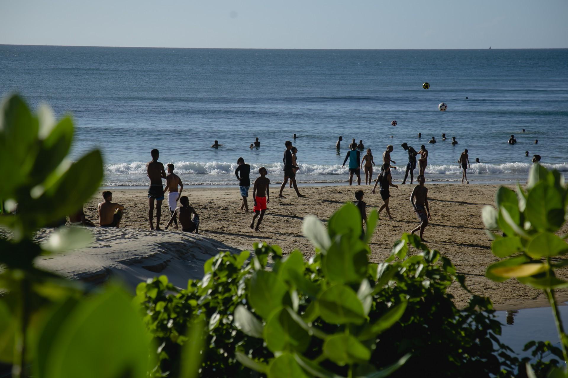 FORTALEZA, CE, BRASIL, 21.05.2021: Movimentação na Praia de Iracema, pessoas na faixa de areia jogando altinha (bola) e no mar. em epoca de COVID-19. (Foto: Aurelio Alves/ Jornal O POVO)