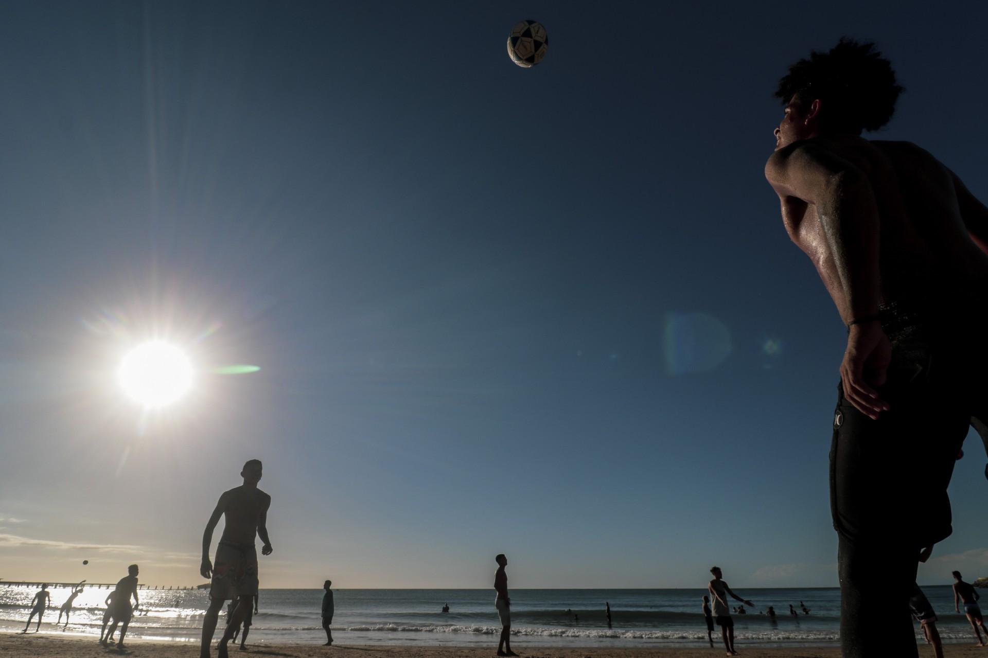 Fortaleza, Ce, BR - 21.05.2021 Movimentação de pessoas na praia dos crush e no calçadão da Praia de Iracema durante a pandemia do coronavirus. (Fco Fontenele / O POVO)