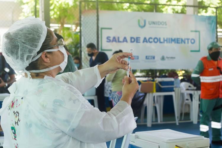 Vacinação ocorre na modalidade drive-thru e salas de acolhimento dos centros de vacinação de Fortaleza (Foto: Fernanda Barros)