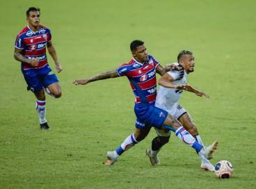 Entre os jogos de hoje, domingo, 1° de agosto, Ceará e Fortaleza se enfrentam pelo Brasileirão. Na foto, DAVID (Fortaleza) e Fernando Sobral (Ceará) brigam pela bola em Clássico-Rei de 2021.