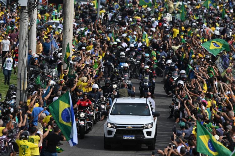 Bolsonaro liderou uma procissão de motocicletas pelas ruas do Rio de Janeiro (Foto: ANDRE BORGES / AFP )