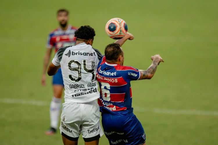 Gabriel Dias e Carlinhos disputam bola no Clássico-Rei da final do Campeonato Cearense 2021.  (Foto: Aurélio Alves/O POVO)
