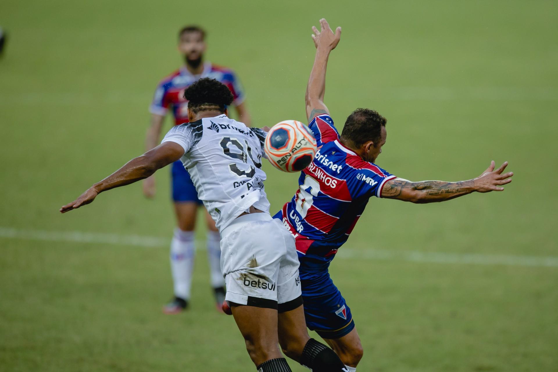 GABRIEL DIAS e Carlinhos disputam lance em Clássico-Rei, no Castelão (Foto: Aurelio Alves)