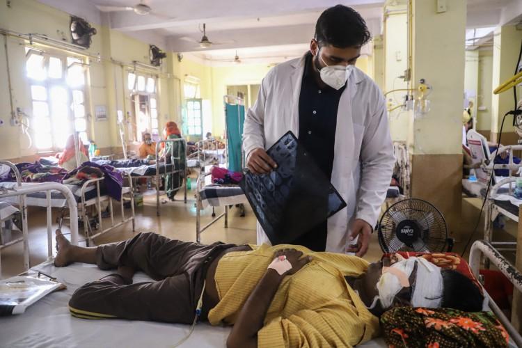 Um médico assiste um paciente de coronavírus Covid-19 com Black Fungus, na Índia (Foto:  Uma Shankar MISHRA / AFP)