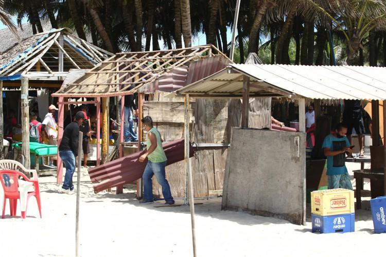 Estruturas irregulares na praia do Futuro foram demolida na última semana  (Foto: FABIO LIMA)