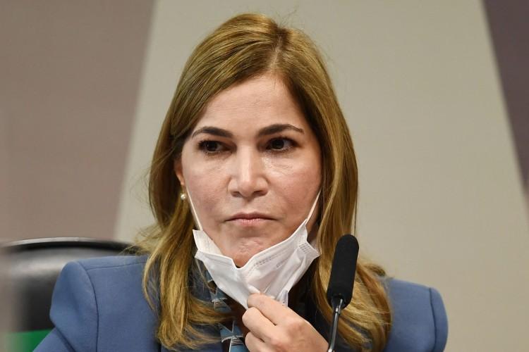 A secretária de Gestão do Trabalho do Ministério da Saúde do Brasil, Mayra Pinheiro, tira a máscara durante sessão da Comissão Parlamentar de Inquérito que investiga o manejo do governo para a pandemia do coronavírus, em Brasília, no dia 25 de maio de 2021. - O Brasil passou nas últimas semanas, imerso na cobertura de parede a parede de um inquérito do Senado sobre o motivo da explosão do COVID-19 no país - um desfile de testemunhos contundentes, às vezes cômicos, que provavelmente prejudicariam o presidente Jair Bolsonaro (Foto: EVARISTO SA / AFP)