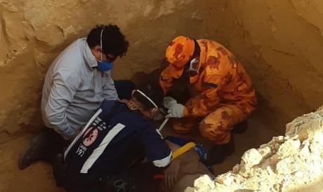 Os profissionais utilizaram uma maca de resgate para içar a vítima