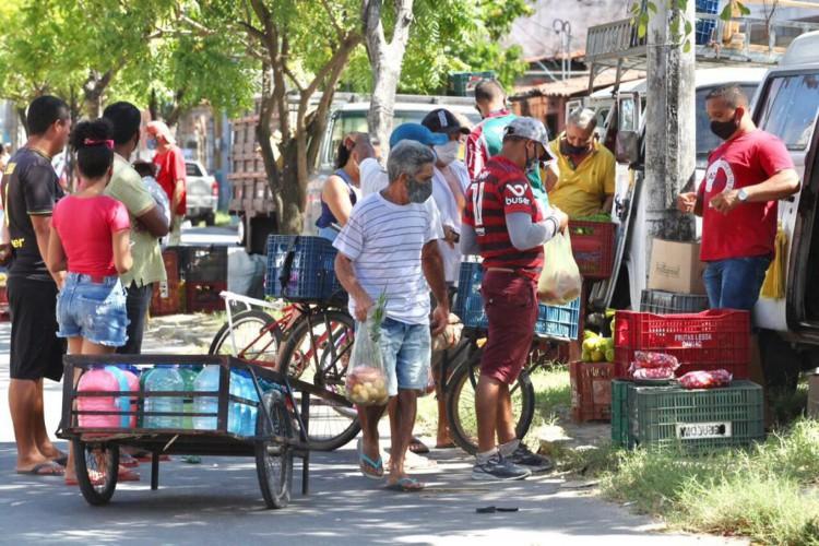 Feirantes no Canindezinho na manhã desta quarta-feira, 26 (Foto: Fábio Lima)