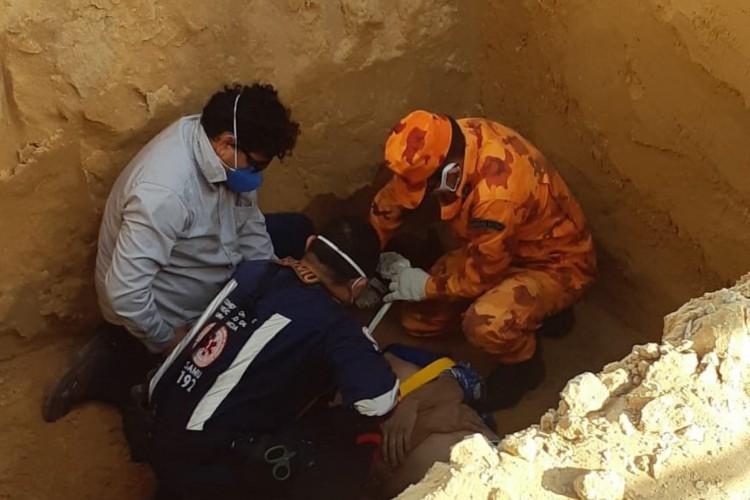 Os profissionais utilizaram uma maca de resgate para içar a vítima  (Foto: Corpo de Bombeiros/Reprodução )