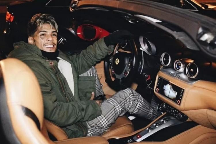 MC Kevin em viagem ao exterior fotografado ao volante de uma Ferrari California. Gosto do cantor por carros de luxo era conhecido e inspirava músicas (Foto: Reprodução/Instagram)