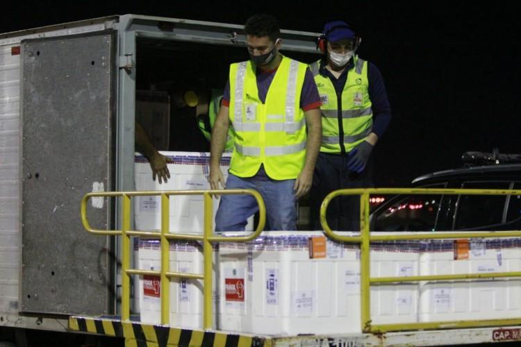 O 28º lote de vacinas contra a Covid-19 chegou ao Ceará na madrugada desta quarta-feira, 26 de maio.  (Foto: Helene Santos/Governo do Ceará)
