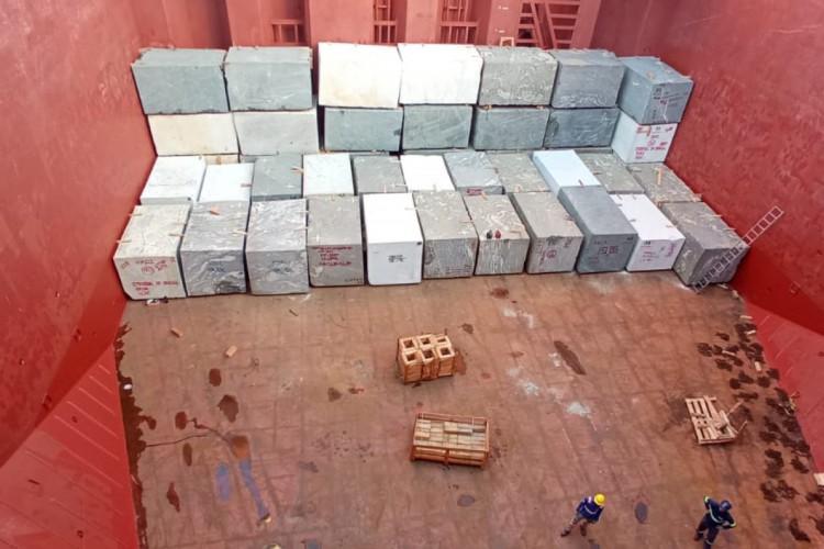 Embarque de rochas ornamentais cearenses no Porto do Pecém. Navio Maestro Diamond (Foto: Arquivo Porto do Pecém/Divulgação)