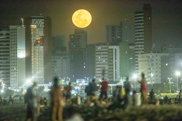 Fortaleza, Ce, BR - 26.05.2021 Super Lua vista do Aterro da Praia de Iracema (Fco Fontenele / O POVO) (Foto: FCO FONTENELE)