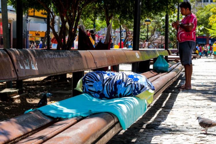 Moradores em situação de rua na Praça do Ferreira ainda não foram imunizados (Foto: Bárbara Moira)