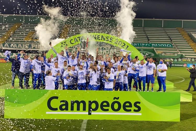 Avaí segura pressão da Chapecoense e conquista título catarinense (Foto: )