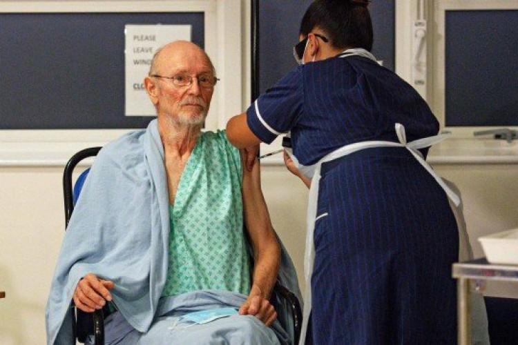 Idoso recebeu a primeira dose de vacina da Pfizer contra a Covid-19 no primeiro dia de imunização em massa na Inglaterra  (Foto:  JACOB KING / AFP)