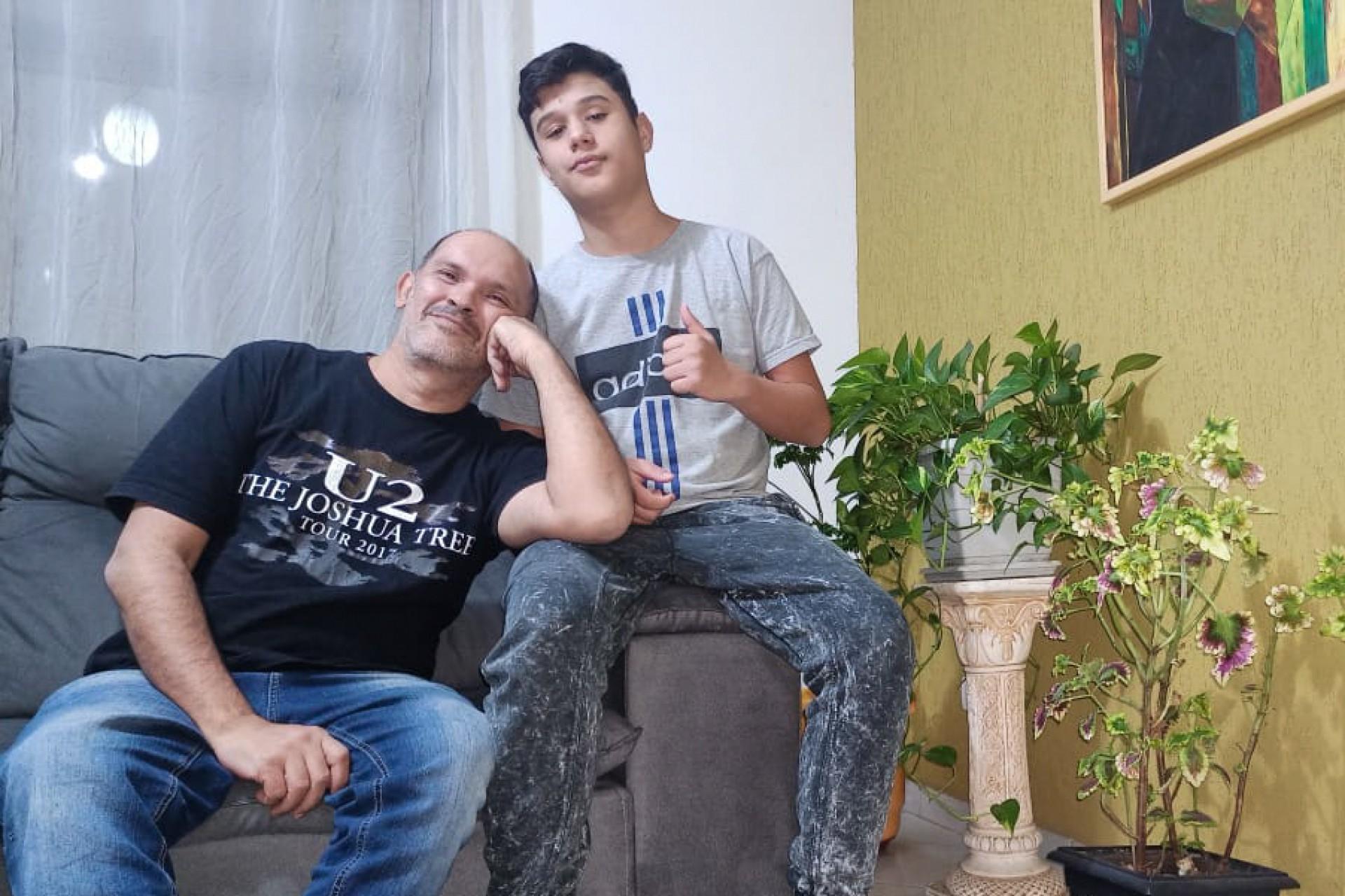 Ricardo Gouveia tem 53 anos, é pai solo do Fabio, de 15 anos, adotado em 2019 e o conheceu dando aula