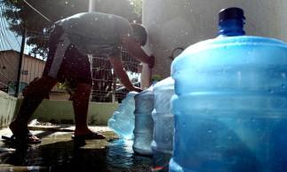 FORTALEZA,CE, BRASIL, 27.05.2021: População pega água em chafariz público. Desabastecimento de água em Fortaleza. Vicente Pinzzon/ Morro Santa Teresinha.  (Fotos: Fabio Lima/O POVO)
