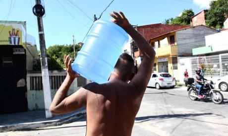 Moradores do Morro Santa Teresinha recorrem a poço para lidar com falta de água
