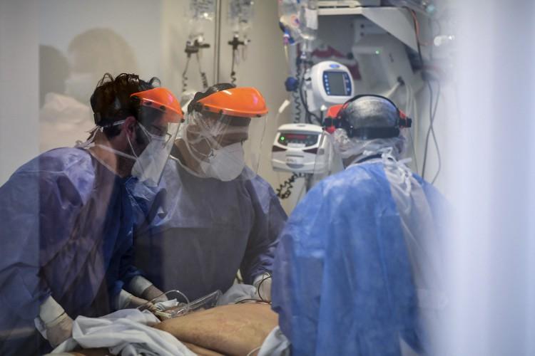 O desenvolvimento do tratamento é financiado pelo governo dos Estados Unidos (Foto: RONALDO SCHEMIDT / AFP)