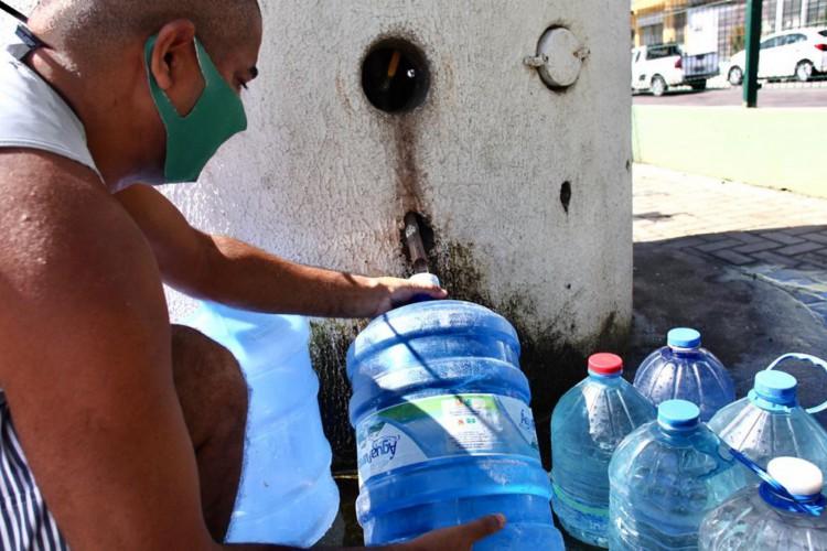 Áreas mais altas, como Morro Santa Teresinha, devem levar mais tempo para ter o serviço de abastecimento de água restabelecido (Foto: FÁBIO LIMA/O POVO)