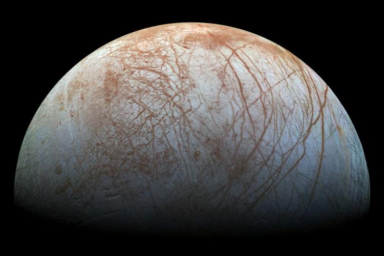 Lua de Júpiter, Europa é coberta por uma camada de gelo em toda sua superfície, e estima-se que exista um oceano abaixo que percorre o satélite inteiro; cientistas descobriram que pode haver vulcões sob a água (Foto: Marty Valenti/Nasa)