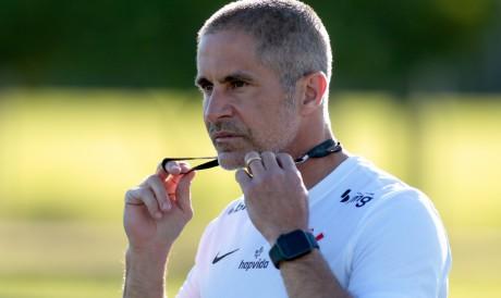 Técnico Sylvinho em treino do Corinthians no CT Joaquim Grava