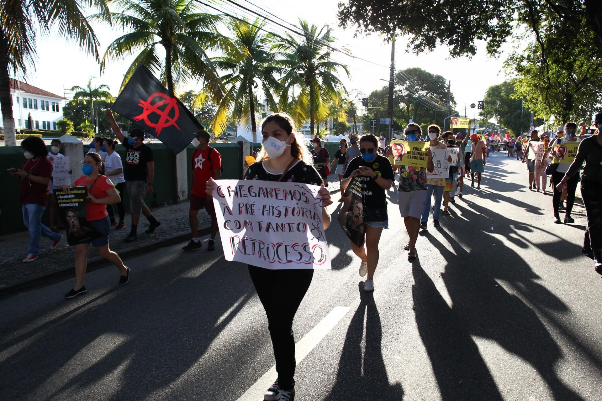 EM OUTRO ponto, os manifestantes fizeram uma caminhada do Benfica à Igreja de Fátima (Foto: FABIO LIMA)