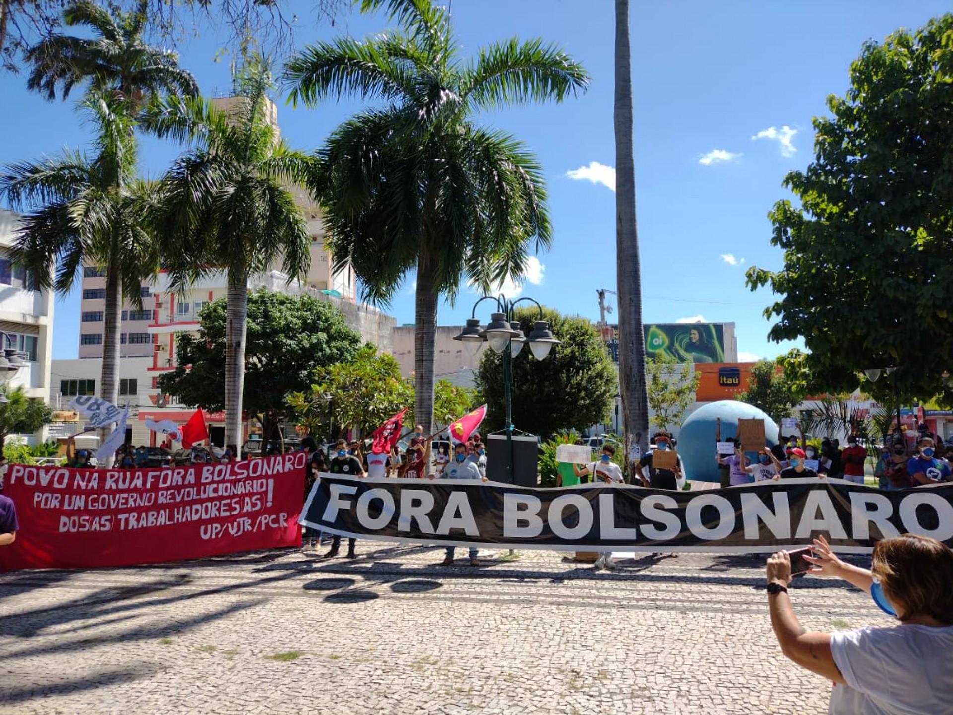 Manifestantes percorreram a avenida São Pedro, em direção à praça Padre Cícero, no ato contra Bolsonaro em Juazeiro do Norte (Foto: DIVULGAÇÃO/ Movimento de Mulheres do Cariri)