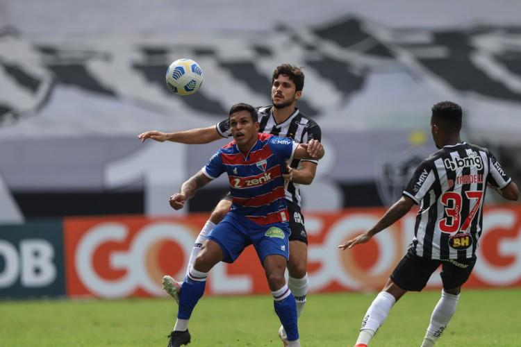 Zagueiro Igor Rabello e atacante Robson disputam bola no jogo Atlético-MG x Fortaleza, no Mineirão, pelo Campeonato Brasileiro Série A (Foto: Pedro Souza / Atlético)