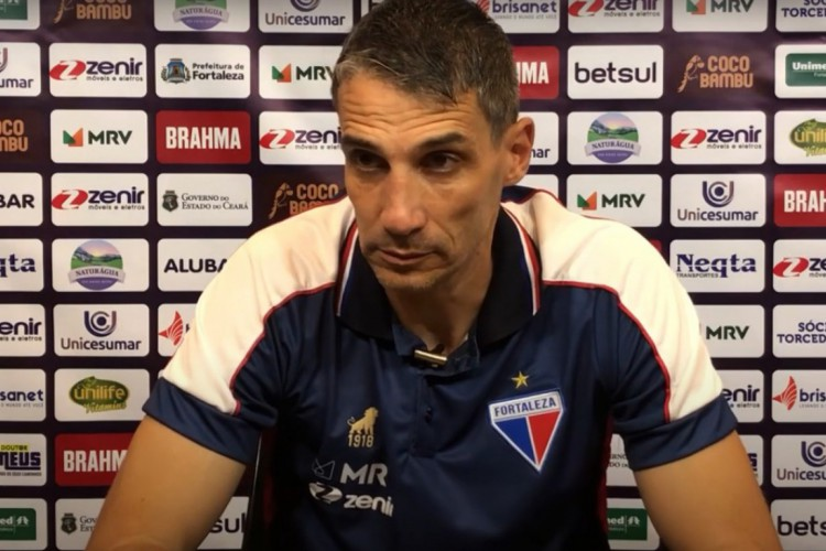 Técnico Juan Pablo Vojvoda em entrevista coletiva (Foto: Reprodução/YouTube)