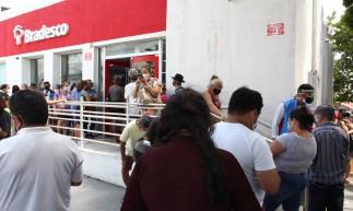 FORTALEZA,CE, BRASIL, 31.05.2021: Fila na entrada de agencias bancárias.  Bradesco da Parangaba.  (Fotos: Fabio Lima/O POVO)