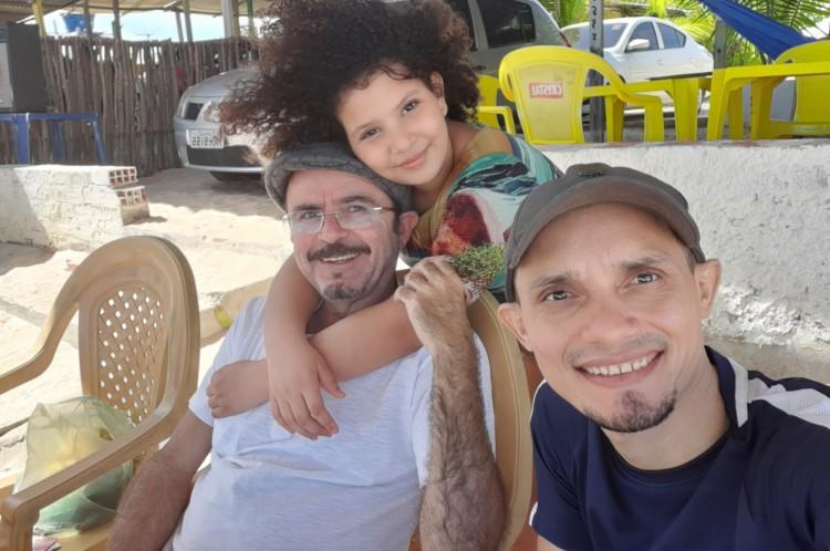 Pedro Henrique Sampaio, 48, e o auxiliar administrativo Carlos Rocha, 35, são os pais adotivos de Adriely