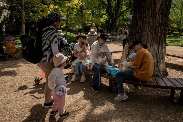 Pessoas e crianças são vistas em um parque em Pequim em 25 de maio de 2021. (Foto: NICOLAS ASFOURI / AFP)