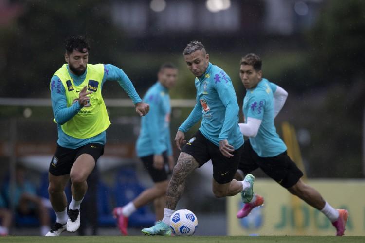 Zagueiro Felipe e atacante Everton Cebolinha em treino da seleção brasileira na Granja Comary (Foto: Lucas Figueiredo/CBF)